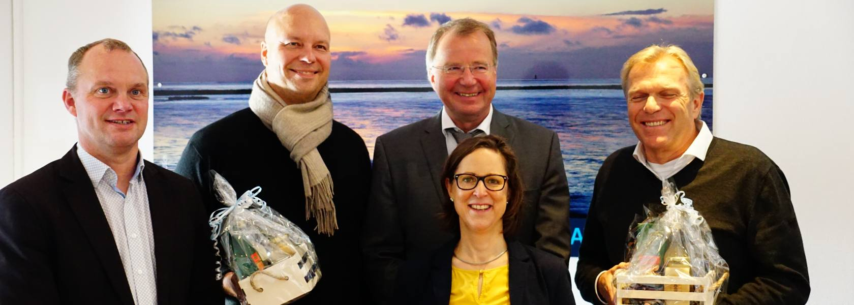 Göran Sell (2. v. li.) und Hinrik Dollmann (re.) verlassen zwar den Aufsichtsrat der Die Nordsee GmbH, doch Geschäftsführerin Carolin Wulke und Aufsichtsratsvorsitzender Armin Korok (dahinter) freuen sich bereits auf die Zusammenarbeit mit dem neuen Mitglied Berthold Tuitjer (li.), Bürgermeister der Inselgemeinde Baltrum., © Die Nordsee GmbH