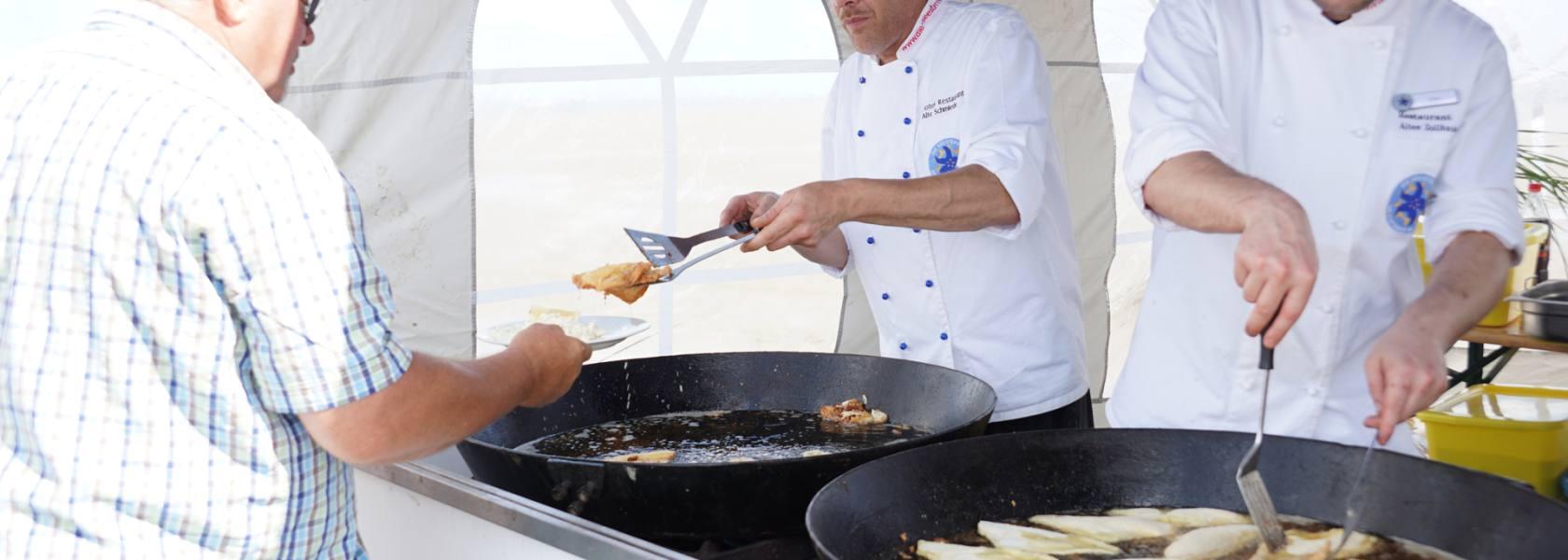 Beim Schollenbraten im Watt vor Schillig kommen die saftigen Schollen frisch auf den Teller, © Die Nordsee GmbH