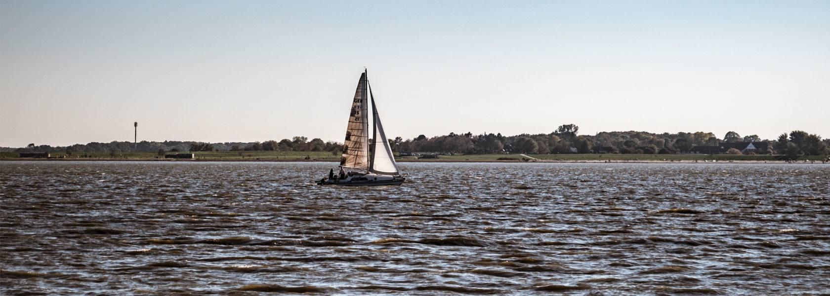 Segelboot auf dem Jadebusen, © Andrea Ullius, ullala.ch