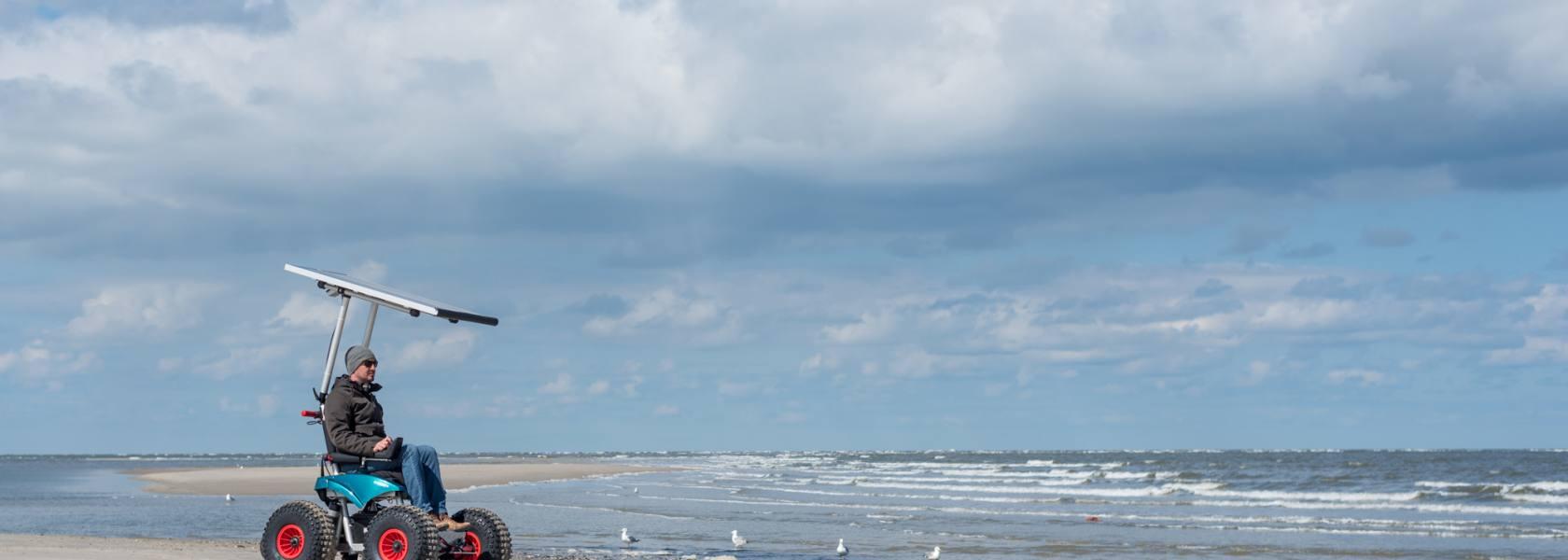 Auf Spiekeroog und Borkum können bewegungseingeschränkte Menschen ab sofort ungehindert den Strand und das Wattenmeer erkunden. Der neue Allradrollstuhl kann über die jeweiligen Kurverwaltungen gemietet werden., © Patrick Kösters, Spiekeroog