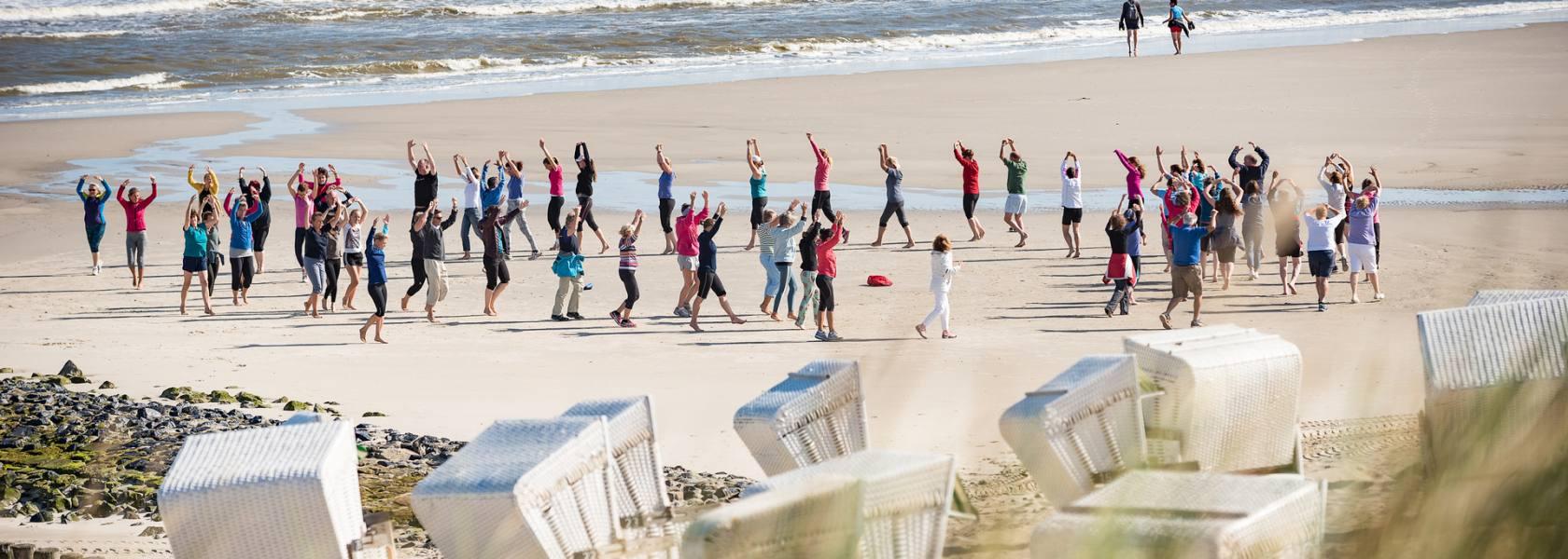 Ob Jung oder Alt, ob Einheimischer oder Tourist: Bei der Thalasso-Strandgymnastik darf jeder dabei sein, © Kurverwaltung Wangerooge / Kees van Surksum