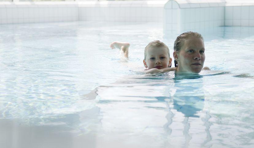 Mutter und Kind im Spaßbecken der Sole-Therme, © Bäderbetriebsgesellschaft Hadeln GmbH