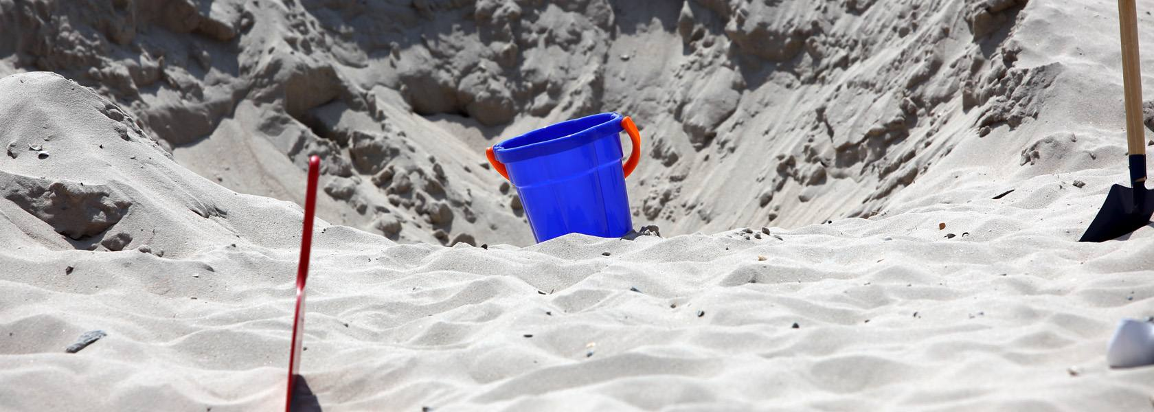 Eimer im Sand, © Ralf Graner